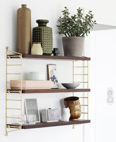 The String shelf is a Scandinavian design classic– simple, functional and much-loved. String Regal, String Shelf, Interior Styling, Interior Design, Bedroom Decor, Wall Decor, Wall Art, Bedroom Furniture, Room Shelves