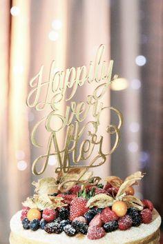 Mesa de bolo naked cake e topo de bolo dourada - inspiração para casamento rústico