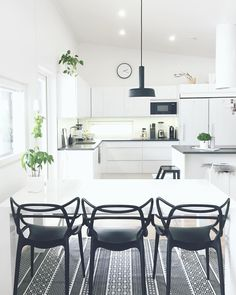 Kartell Masters chair black / black and white kitchen Küchen Design, Chair Design, Chaise Masters, Gray Interior, Interior Design, Open Plan Kitchen Living Room, Kartell, Scandinavian Home, Dining Room Chairs