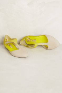 Love the light nude to bright yellow gradient and the T-strap