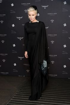 Daphne Guinness Photos Photos: Arrivals at the Isabella Blow: Fashion Galore! Daphne Guinness, Dark Fashion, World Of Fashion, Women's Fashion, Isabella Blow, Floor Length Gown, Passion For Fashion, Style Icons, Nice Dresses