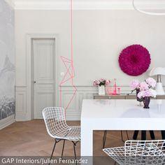 Ein heller, schlichter Raum wird durch eine kreative Wandgestaltung in Pink individuell aufgepeppt. Grafische Linien an der Wand können mit Masking Tape oder … Decor, Furniture, Wallpaper, Color, Ceiling, Wall, Home Decor, Wall Design, Couch