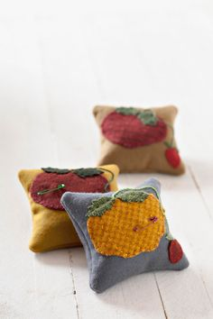 Sew easy pincushions using these free patterns. Wool Applique Patterns, Pincushion Patterns, Sewing Patterns, Sewing Crafts, Sewing Projects, Felt Pincushions, Sewing Circles, Spring Hats, Andover Fabrics