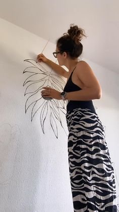 Creative Wall Painting, Wall Painting Decor, Mural Wall Art, Diy Wall Decor, Diy Painting, Room Decor, Diy Crafts For Home Decor, Wall Drawing, Home Room Design