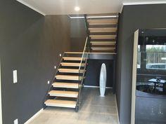 Lappiporras Glass 9: Upea tummaksi maalattu Glass-kaiteellinen SL-porras. Stairs, Glass, Home Decor, Ladders, Homemade Home Decor, Drinkware, Stairway, Staircases, Decoration Home