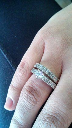 Foto enviada pela Natália usando anel duplo meia aliança e solitário com zircônia da Prata Fina.