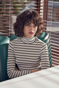 Yes You Can! 6 Ways To Communicate Confidence When You're Nervous - Career Girl Daily - Stile di capelli Curly Hair With Bangs, Curly Hair Cuts, Short Curly Hair, Hairstyles With Bangs, Wavy Hair, Curly Hair Styles, Quick Curly Hairstyles, Haircuts, Urban Outfitters