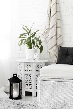 Littlefew.com // Slow Life in my terrace! Minimal decor, minimalismo, decoración nórdica, terraza pequeña, decoración en blanco, black and white decor, small space, tiny space, etnic decor, minimal design, thalassa home, maison du monde, ikea terrace, textiles.