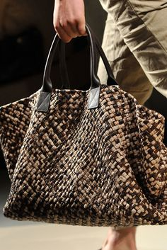 Apr 2020 - The complete Bottega Veneta Spring 2010 Menswear fashion show now on Vogue Runway. Tote Bags, My Bags, Tote Handbags, Purses And Handbags, Moda Fashion, Fashion Bags, Men's Fashion, Handbag Accessories, Fashion Accessories
