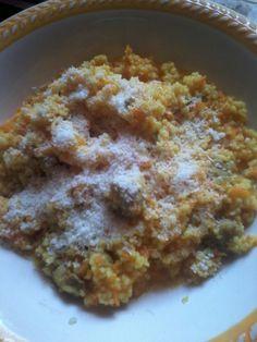 Cous cous con carote, salsiccia, un cucchiaino d'olio, rosmarino, cipolla, curcuma, un pizzico di sale ed una spolveratina di formaggio grattugiato.