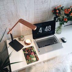 """Cantinho amô no @apartamento.33   Para baixar esse descanso de tela procure no Google """"descanso de tela estiloso"""" que tem post no Tudo Orna com o link pra baixar  #tudoornainspira #fliqlo by tudoorna"""