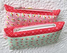 How to shorten zippers for pouches and bags- the easiest technique! Tote Pattern, Bag Patterns To Sew, Sewing Patterns, Quilted Gifts, Quilted Bag, Zipper Pouch Tutorial, Purse Tutorial, Next Bags, Fabric Bags