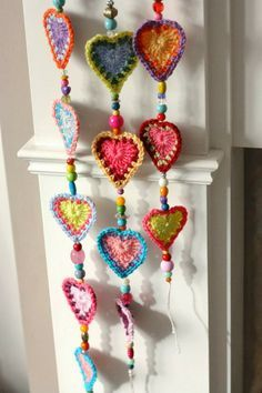 ❤~Crochet ~❤ Corazónes de Cereza: el ganchillo adorable y guirnaldas de cuentas . Cherry Heart: adorable crochet and bead garlands.some day if my brain settles down to one thing, those cute hearts would be fun to make Mode Crochet, Crochet Home, Crochet Gifts, Diy Crochet, Crochet Owls, Beaded Crochet, Crochet Garland, Crochet Decoration, Beaded Garland
