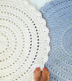 Amo tapetes desse modelo e nessas cores ficaram fofos!  A inspiração veio da  @handmadeinpoland  #rugs #crochet #inspiracao #tapetes #crochet #fiosdemalha #trapillo #totora #tshirtyarn