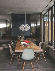 L'immense pièce à vivre où communiquent cuisine et salle à manger. Autour de la table réalisée par Tischlerel Hofer, une suspension signée Isabel Hamm et des chaises originales de Charles & Ray Eames (Vitra).