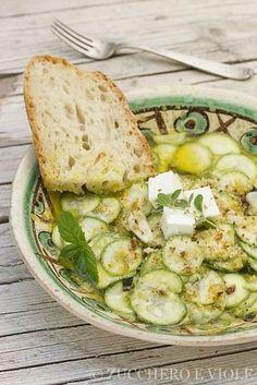 Zucchine crude affettate sottili e marinate in olio aceto ed erbe aromatiche. Le dosi sono a piacere e il condimento prevede quantità di aceto e aglio...
