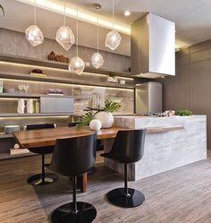 Combine mármore e madeira na decoração da cozinha. Pendentes delicados e cadeiras pretas são um luxo. #decoration #instadecor #instahome #casa #home #interiordesign #homedesign #homedecor #homesweethome #inspiration #inspiração #inspiring #decorating #decorar #decoracaodeinteriores #Mobly #MoblyBr #luxo #marmore #kitchen #kitchendecor
