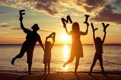 15 summer poses and ideas for family photography Family Picture Poses, Family Beach Pictures, Family Posing, Beach Photos, Family At The Beach, Creative Beach Pictures, Beach Portraits, Family Portraits, Beach Photography