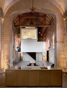 Офис архитектурного бюро Klaarchitectuur в старинной церкви в Бельгии | AD Magazine