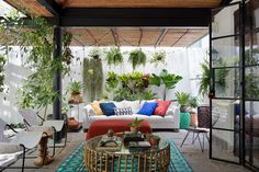 Uma Casa Prática e Despojada | Casa de Valentina Cozy Corner, Outdoor Living Areas, Outdoor Furniture Sets, Outdoor Decor, Balcony Garden, Porch Swing, Cheap Home Decor, Exterior, Terraces