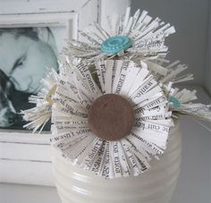 Recycled paper crafts for spring! Make recycled paper for spring! Handmade Flowers, Diy Flowers, Fabric Flowers, Button Flowers, Flower Boquet, Newspaper Flowers, Newspaper Crafts, Recycle Newspaper, Crafts For Teens