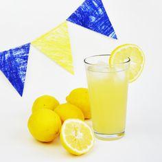 Tieniti rinfrescato con la limonata SENZA ZUCCHERO fatta in casa! Questa ricetta è salutare e naturale, è buonissima e ti tiene fresco nei mesi caldi!
