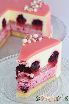Entreme cake with berries and white chocolate- Tort entremet cu fructe de padure si ciocolata alba Entreme cake with berries and white chocolate - Easy Cake Recipes, Sweet Recipes, Dessert Recipes, Chocolate Pastry, White Chocolate, Torte Recipe, Cake Decorating Videos, Cake Board, Mousse Cake