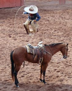 Pasada sobre el caballo Horse Diving, Mexican Rodeo, Rodeo Outfits, Real Cowboys, Rodeo Life, Old West, Homeland, Folklore, Cas