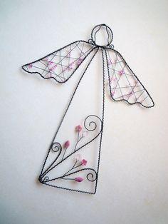 Andělka velká v růžovém Drátovaný anděl z černého vázacího drátu, dozdobený skleněnými růžovými korálky, skleněnými růžovými kytičkami a skleněnými růžov6,5čirými a vínovorůžovými lístečky. Vhodný k zavěšení pomocí přiloženého háčku na zeď, dveře...nebo můžete andílka pověsit na vlasec do okna či postavit jen tak na poličku či římsu ...