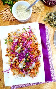 Assiette polychrome: riz, pois chiches rôtis, carottes & chou rouge - sauce graines de courge