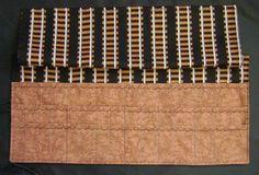 Stricknadeltasche mit einem Überwurf für die KnitPro-Nadeln, vorne in der ersten Reihe einsortieren und dahinter die normalen Stricknadelspiele,da-hinter sind dann nochmal 3Fächer für die Seile sowie an der rechten Seite auch 3Fächer sind für Nadeln oder die Seile oder das dazu passende Zubehör,wenn sie alle Strick-Nadeln einsortiert haben, klappen Sie den Überwurf darüber,so kann nix rausfallen,jetzt kann man die Tasche zusammenrollen,verschnüren und überall mit hinnehmen,