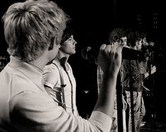 Lou caught the Niam moment on stage. (GIF)