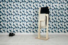 Realizzato con diversi strati di legno ricoperti da una vernice chiara, questo appendiabiti ha un forte stile nordico messo in risalto dalle sue linee semplici ed eleganti.