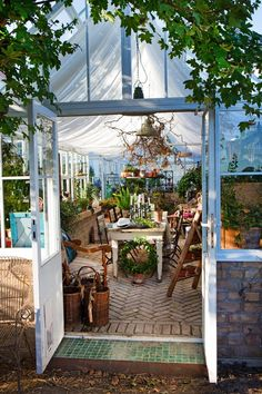Should you build greenhouses? Inspired by this greenhouse at a winter … – DIY Garden Decoration – patio Greenhouse Shed, Small Greenhouse, Greenhouse Gardening, Indoor Greenhouse, Greenhouse Wedding, Winter Greenhouse, Portable Greenhouse, Greenhouse Growing, Outdoor Rooms