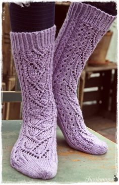 Suvikumpu: Syreeni-sukat (free pattern written in Finnish) Crochet Socks, Knit Mittens, Knitting Socks, Knit Boots, Wool Socks, How To Purl Knit, Knitting Accessories, Yarn Colors, Knitting Patterns