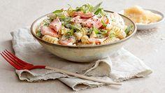 Kremet pastasalat med laks, vårløk, olivenolje, sukkererter, matfløte, crème fraîche, parmesan og sitronsaft. Poke Bowl, Potato Salad, Bowls, Potatoes, Ethnic Recipes, Serving Bowls, Potato, Mixing Bowls