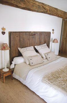 Une vielle #porte de #grange a été sciée, #poncée et reteinte, puis montée en tête de #lit. #deco #savoie #montagne