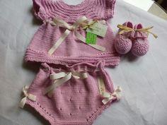 Traje de niña, talla 3 meses en hilo de algodón, tricotado a mano, de blancaypunto