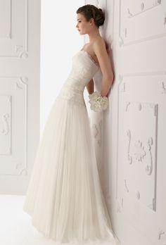 Brides: Alma Novia. Tulle gown with lace and bead-work, in natural.