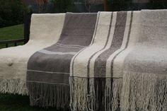 Emma - Almacén de cosas lindas: MANTAS & COJINES Weaving Yarn, Tapestry Weaving, Hand Weaving, Embroidery 3d, Yarn Inspiration, Weaving Projects, Weaving Patterns, Weaving Techniques, Woven Fabric