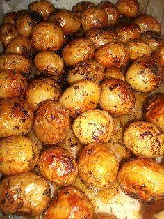 Cartofi noi la cuptor cu sos tzatziki Hungarian Recipes, Romanian Recipes, Tzatziki, Romanian Food, Cabbage, Potatoes, Vegetables, Cooking, Summer