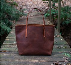 It ends here - the search for the THE perfect leather tote. Made with full grain kodiak leather, it?s weatherproof and durable in addition to being beautifully crafted.ll want this purse by your side every day Look Fashion, Fashion Bags, Old School Style, Oldschool, My Wallet, Valentino Rockstud, Shopper, Men's Grooming, Mode Style