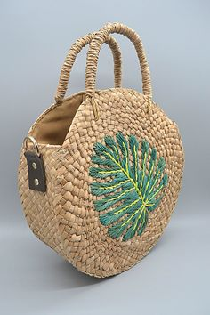 Product Description: Elinora's Rebecca bag is handwoven using bankuan, which is another form of sea grass, and abaca. Adorned with a hand-embroidered palm leaf design, this trendy piece is an upgraded version of the classic round boho that will Jute Bags, Boho Bags, Flat Twist, Basket Bag, Summer Bags, Bead Crochet, Luxury Bags, Handmade Bags, Kind Mode