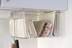 キッチンクロスをカゴに収納すると、ぬれた手でもさっと取り出せます。/すっきり暮らす人の収納術(「はんど&はあと」2013年5月号)