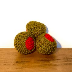 Handcrafted in the UK by Freak MEOWT, these fun olive cat toys are made from pure new wool and stuffed full of premium Canadian catnip. A must-have for the sophisticated kitty!