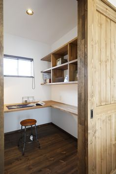 映像関係の仕事をしてIさんの書斎です。コンパクト空間ながらL字にしたデスク、壁面に設けた本棚などIさんの使い勝手を考慮して叶えたご主人こだわりの空間です。