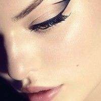 Eyeliner graphique et teint shiny