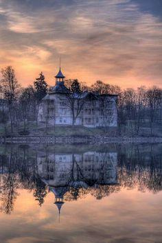 Villa Kivi: Helsinki, Finland built in 1890 Abandoned Castles, Abandoned Mansions, Abandoned Buildings, Abandoned Places, Helsinki, Beautiful Buildings, Beautiful Places, Beautiful Soul, Spooky House