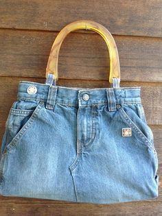 bolsa feita com pernas e bolsos de calça jeans, flores de