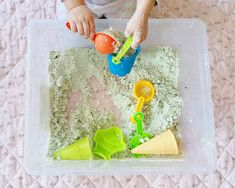 Rezept für selbstgemachten Knetsand Plastic Cutting Board, Food Coloring, Play Dough, Playing Games, Homemade, Recipe, Creative